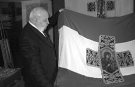 п-к Йотов показва копието на Самарското знаме