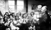 """1947 г. Хор """"Бодра смяна"""", чичко Димитров и малката Нушка. Светлото бъдеще предс"""