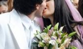 Жени и Тачо се целуват страстно на сватбата си.